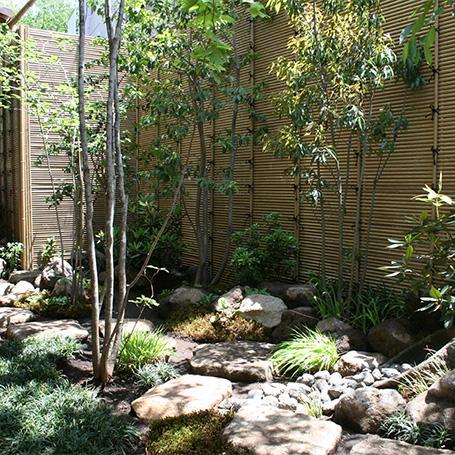 木立に包まれて暮らす建物と植栽が融合したお家