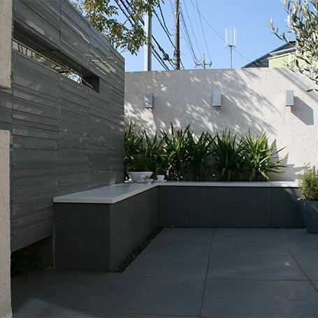 異素材のデザインウォールが演出するモダンなテラス空間