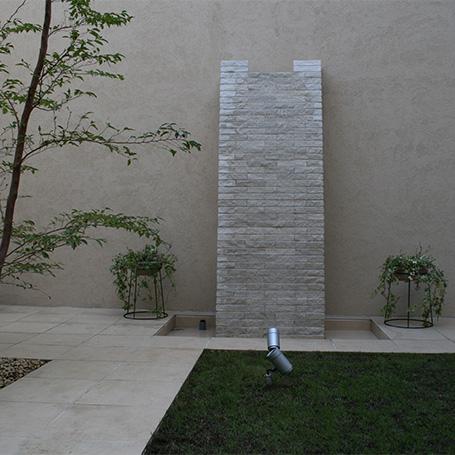 重厚感のある壁泉とシンボルツリーが印象的なテラス