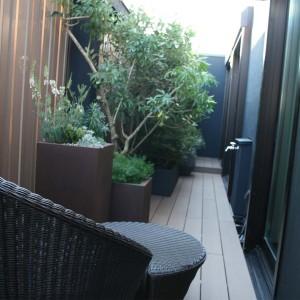 バスルームからの緑豊かな眺め
