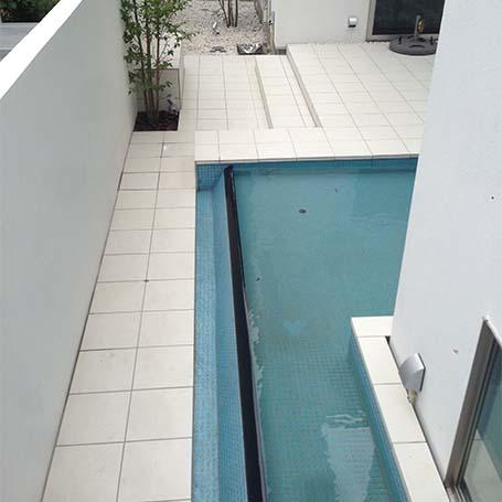 水のある風景を楽しめる白が引きたつ中庭テラス