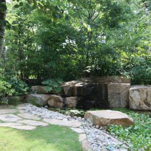 山奥の一部を切り取ったかのようなダイナミックな風情のお庭