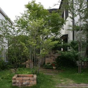 アンティークレンガが緑を一層引き立てる経年変化が美しいお庭