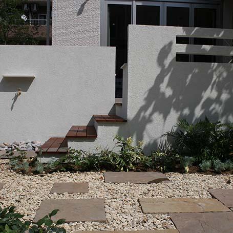 白壁と雑木のコントラストが映えるエントランス